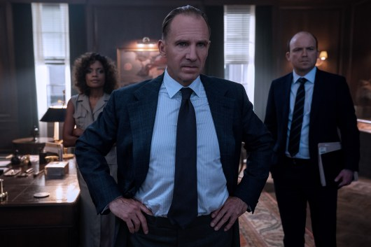 B25_17531_RC2 M (Ralph Fiennes), Moneypenny (Naomie Harris) and Tanner (Rory Kinnear) in a tense moment in M's office in NO TIME TO DIE, a DANJAQ and Metro Goldwyn Mayer Pictures film. Credit: Nicola Dove © 2019 DANJAQ, LLC AND MGM. ALL RIGHTS RESERVED.