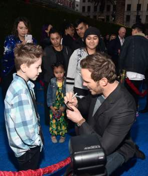 HOLLYWOOD, CALIFORNIA - FEBRUARY 18: Chris Pratt signs an autograph with fans at the world premiere of Disney and Pixar's ONWARD at the El Capitan Theatre on February 18, 2020 in Hollywood, California. (Photo by Alberto E. Rodriguez/Getty Images for Disney)