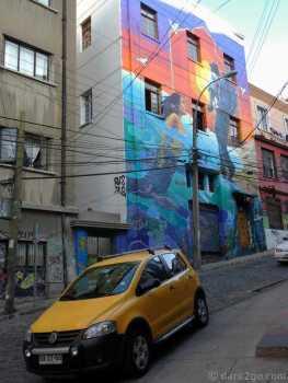 Valparaiso StreetArt: a fairly new facade of a hostel.