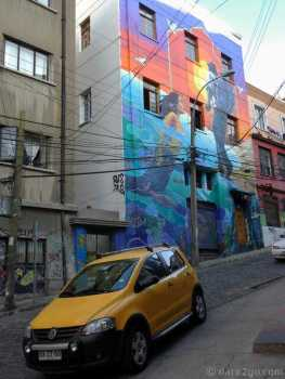 Valparaiso StreetArt: a fairly new facade of a hostel.