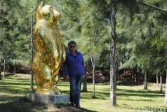 Pablo Atchugarry sculpture park: Yasha next to the 'Gold Bear' by Cracking Art Group, 2012