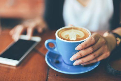 カフェのお茶代、いくらから高いと感じる?女子の平均は…え、そのくらい!?