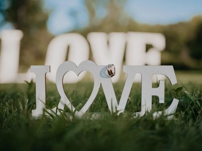 scritta love anelli matrimonio