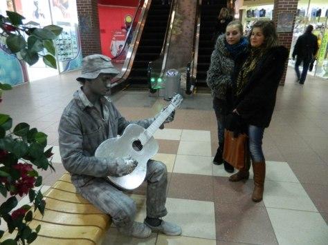 Живая статуя - серебро - Странник с гитарой