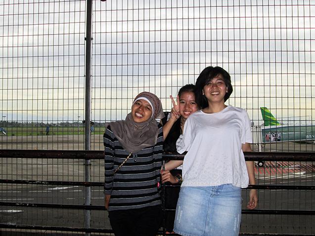 Tiga saudari.