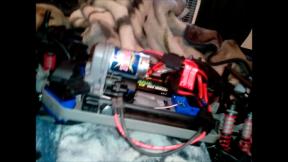 e-maxx-battery-quick-release-on
