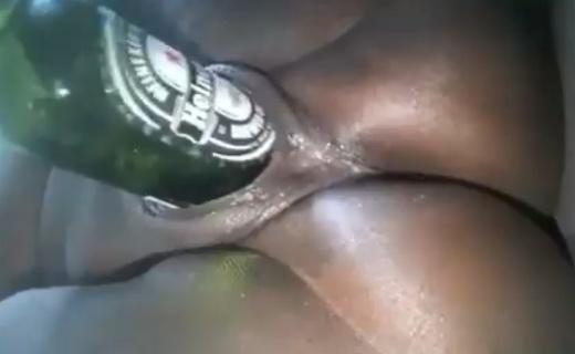 Lady Deeping Heineken Bottle Inside Pussy