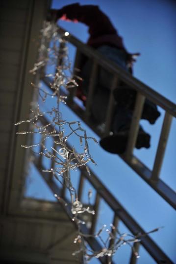 Роберто Моралес висит строкой сосулька фары при оформлении Timonium дома с ок.  30000 ассорти Рождественские огни, украшения газонов, растений и деревьев огни во времени на предстоящий сезон.  (Gene Суини Jr. / Baltimore Sun)