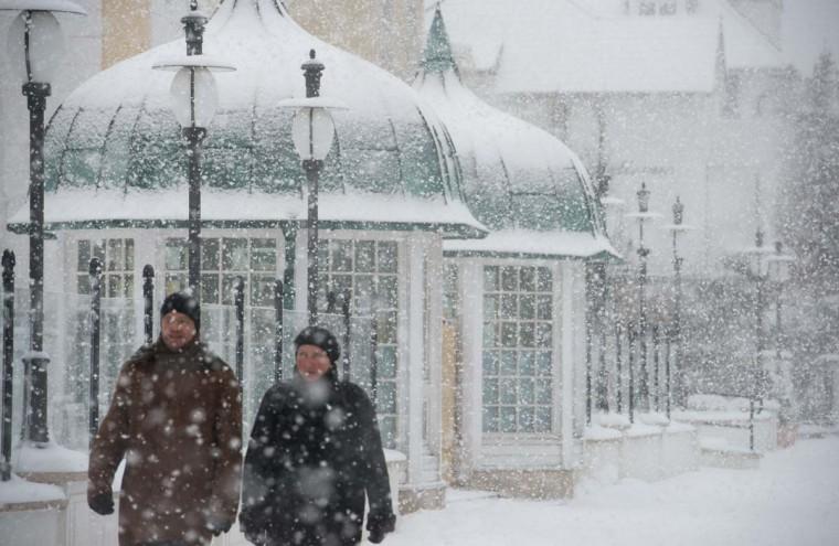 Люди погулять по Binz на острове Рюген, восточная Германия.  Метеорологи прогноз температуре около точки замерзания в ближайшие дни в Германии.  (Stefan Sauer / Getty Images)