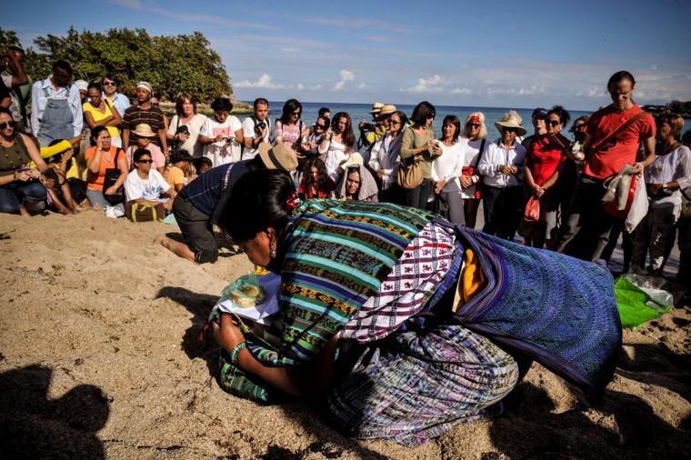 Майя лидеров принять участие в ритуале на Bacuranao пляже в восточной Гавана, Куба, 6 декабря 2012 года.  Майя лидеры были на Кубу для участия в конференции, обеспечивая выступлений и проведения церемоний для подготовки к началу новой эры.  (Alberto Роке / AFP / Getty Images)