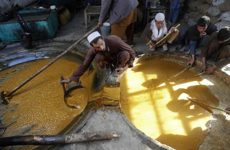 Афганские рабочие делают сладости в традиционных сладких заводе в Jalababad.  (Парвиз / Reuters фото)