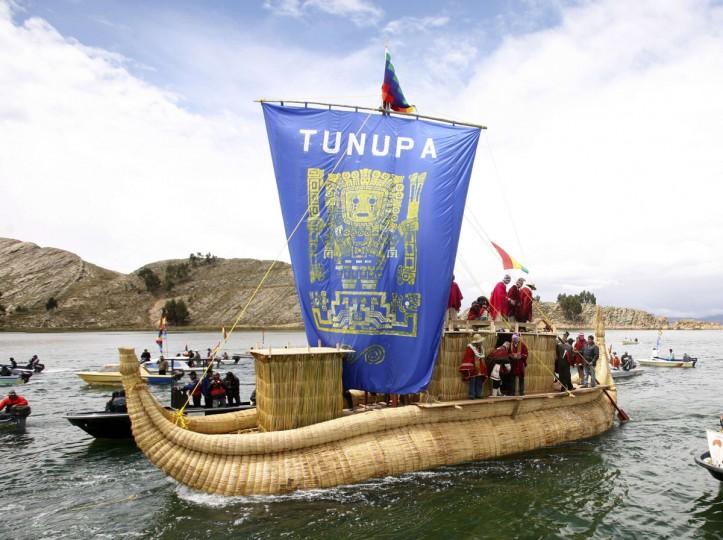Жрецы майя делают подношения на корабле Tunupa в озере Титикака, 46 км от боливийской столицы Ла-Пас, 16 декабря 2012 года.  Предложения состоялся первый из шести дней торжеств по случаю окончания календаря майя 21 декабря, которую некоторые считают, что конец света, но коренные боливийцы рассматривать как изменение времен.  (Gaston Брито / Reuters)