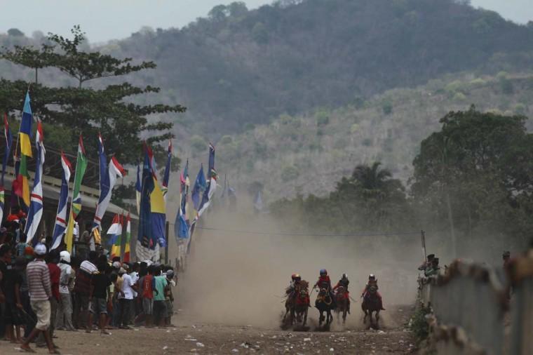 Ребенка жокеев гонки лошадей на ипподроме за пределами Бима.  Фото сделано 18 ноября 2012.  (Beawiharta / Reuters)