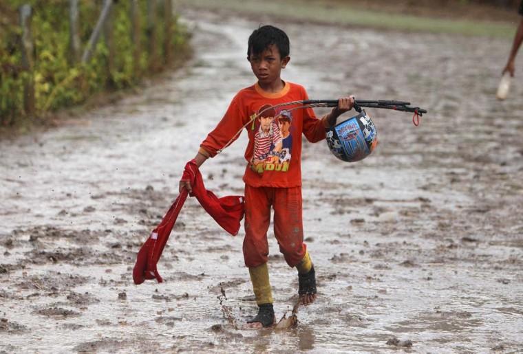 Ребенок ходит жокей на трассе в Panda ипподроме за пределами Бима.  Фото сделано 17 ноября 2012.  (Beawiharta / Reuters)