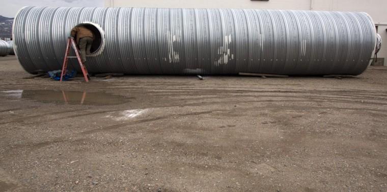 """Павел Сейфрид лезет в бункер он строит для клиента в штате Юта Укрытие систем в Северной Солт-Лейк, штат Юта, 12 декабря 2012 года.  Цена приютов в диапазоне от $ 51800 до $ 64900.  Бункеры приобретаются или строятся на """"preppers"""", группа людей, активно готовится к серьезным катастрофам, как апокалипсис прогноз некоторые прогнозируемые на основе календаря майя.  (Jim Urquhart / Reuters)"""