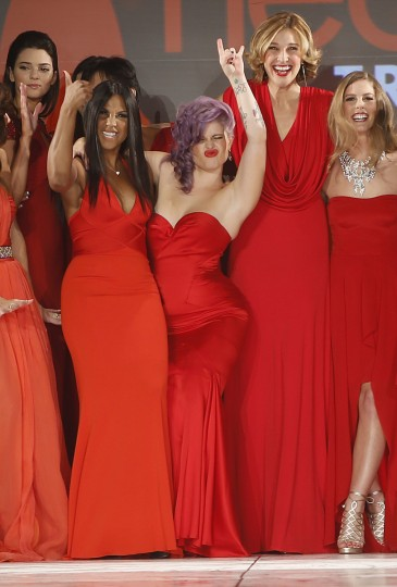 (Из L) Кендалл Дженнер, Toni Braxton, Келли Осборн, Бренда Стронг и Тора Брайт настоящее творения в конце Красное платье Heart Truth Коллекция показе мод в Нью-Йорке.  (Carlo Allegri / Reuters)