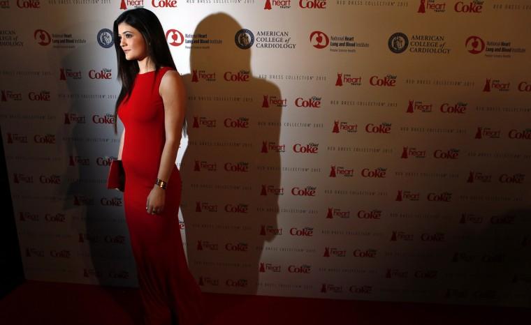 Телевизор личности Кайли Дженнер прибывает до Heart Truth Red Dress в коллекции показе мод в Нью-Йорке.  (Carlo Allegri / Reuters)