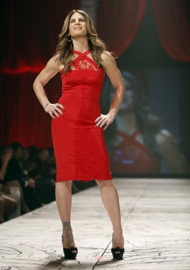 Телевизор личности Джиллиан Майклс представляет собой создание в течение Heart Truth Red Dress в коллекции показе мод в Нью-Йорке.  (Carlo Allegri / Reuters)