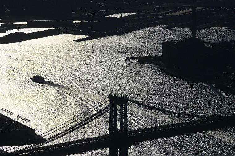 Манхэттенский Мост-среди многих Нью-Йорке достопримечательности виден со смотровой этаж. (Спенсер Платт/Getty Images)