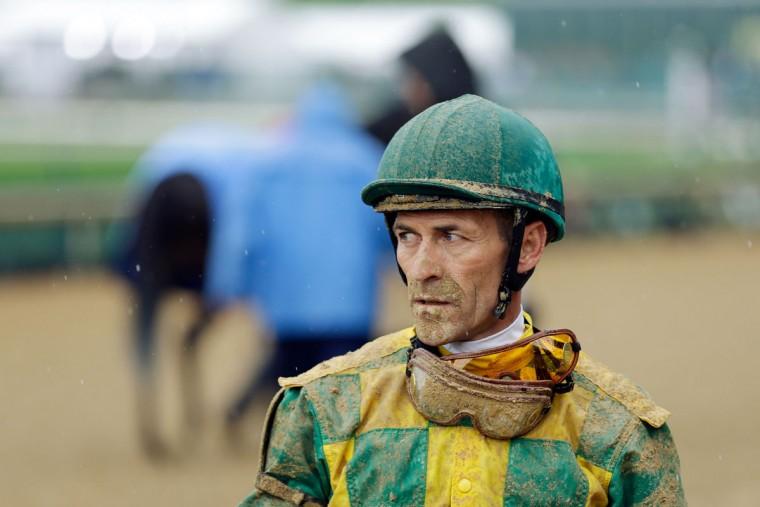 Жокей Гари Стивенс выглядит на после гонки до 139-й работает в Кентукки Дерби в Churchill Downs 4 мая 2013 года в Луисвилле, штат Кентукки.  (Rob Carr / Getty Images)