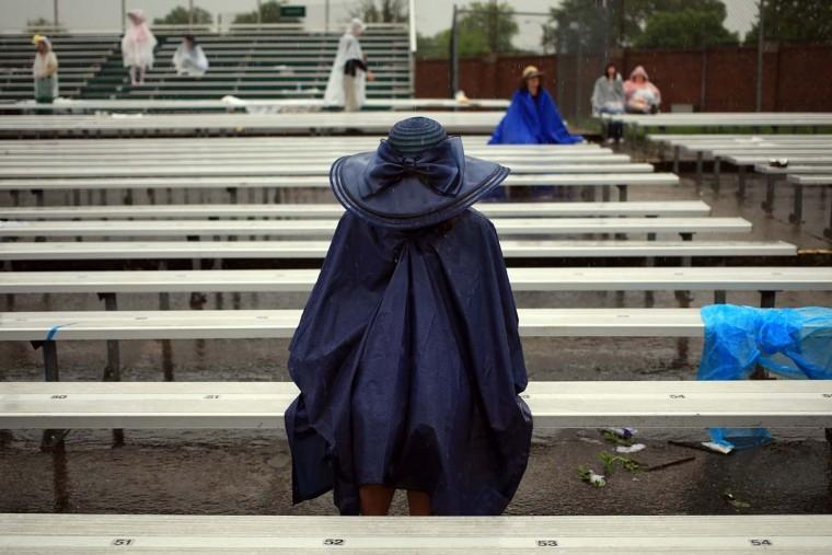 Поклонников гонки сидеть под дождем до 139-й ход дерби в Кентукки на ипподроме Черчилль 4 мая 2013 года в Луисвилле, штат Кентукки.  (Фото Doug Pensinger / Getty Images)