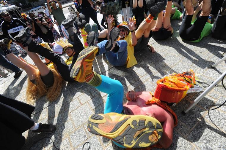 """Участники 15-й ежегодной гонки кинетические скульптуры, в том числе Майк Риос (на переднем плане) в Балтиморе, чтобы их ноги """"благословил"""" перед стартом гонки.  (Kenneth K. Lam / Baltimore Sun Фото)"""