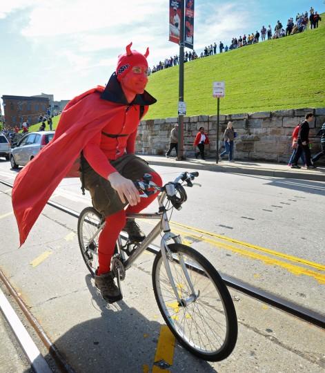 Роб Litchfield, Балтимора, решил, одетый как дьявол и ездить вместе с участниками 15-й ежегодной гонки Кинетическая скульптура под эгидой Американского музея искусств провидцем.  (Kenneth K. Lam / Baltimore Sun Фото)