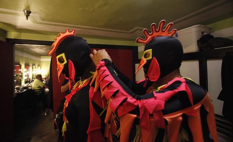 Луча Либре борцы сумасшедшим курам подготовки за кулисами перед шоу Lucha Vavoom как часть Синко де Майо празднования в майя театр в Лос-Анджелесе, Калифорния 5 мая 2013. (Mario Anzuoni / Reuters)