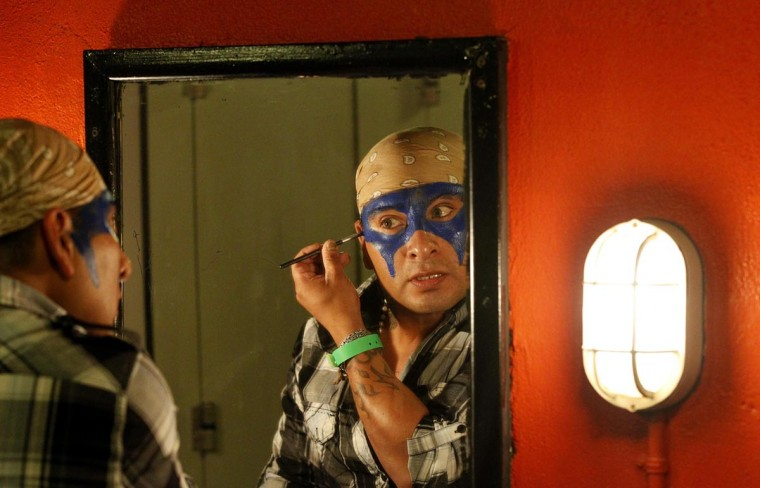 Исполнитель применяет макияж за кулисами перед шоу Lucha Vavoom как часть Синко де Майо празднования в майя театр в Лос-Анджелесе, Калифорния 5 мая 2013. (Mario Anzuoni / Reuters)