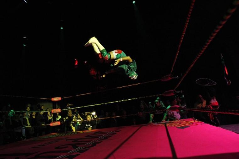 Луча Либре борец Доктор Maldad прыжки в воздухе во время шоу Lucha Vavoom как часть Синко де Майо празднования в майя театр в Лос-Анджелесе, Калифорния 5 мая 2013. (Mario Anzuoni / Reuters)