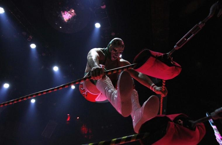 Луча Либре борец Доктор Maldad разогревает ринга во время шоу Lucha Vavoom как часть Синко де Майо празднования в майя театр в Лос-Анджелесе, Калифорния 5 мая 2013. (Mario Anzuoni / Reuters)