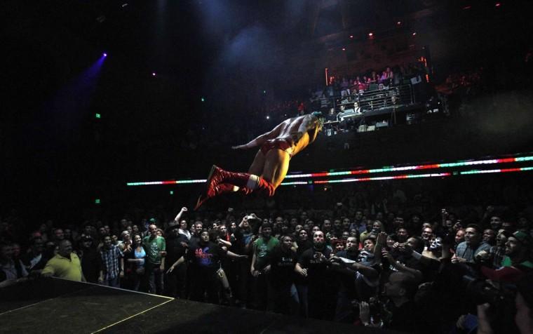 Борец Луча Либре прыгает в аудитории во время шоу Lucha Vavoom как часть Синко де Майо празднования в майя театр в Лос-Анджелесе, Калифорния 5 мая 2013. (Mario Anzuoni / Reuters)