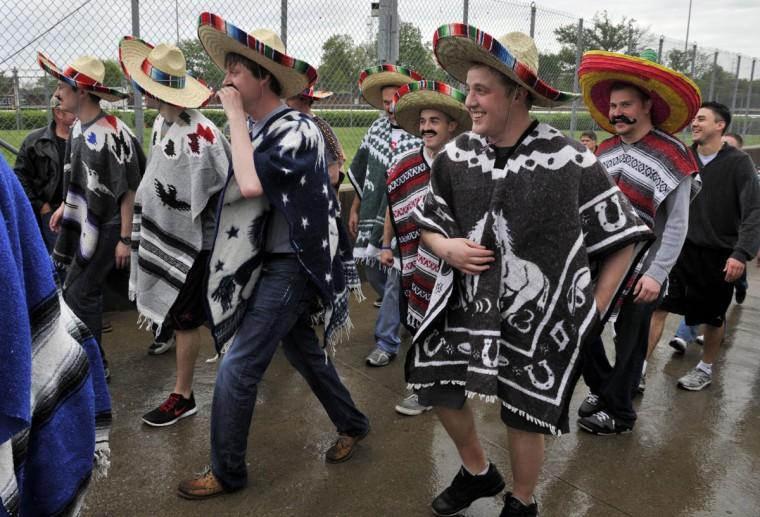 Любители носить сомбреро прибыть до 2013 Кентукки Дерби в Черчилл-Даунс в Луисвилле, штат Кентукки.  (Джейми Родос / Спорт Сегодня США)