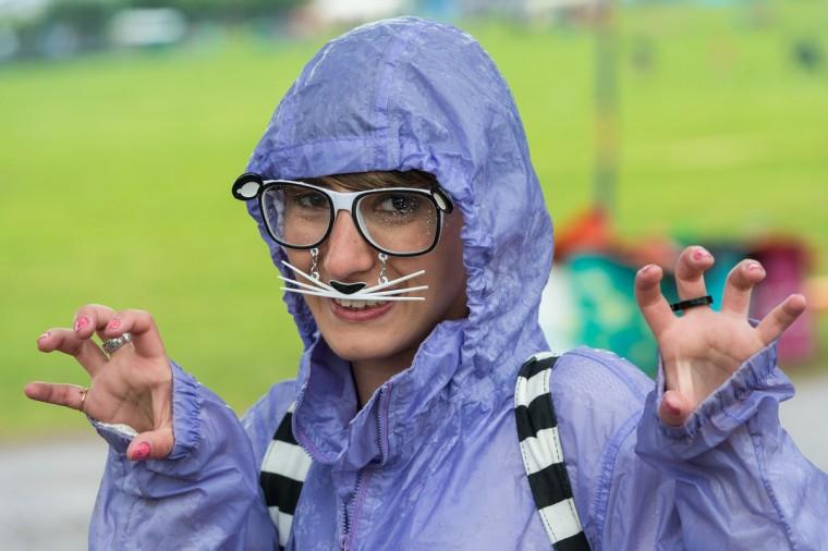 Фестиваль пользуется посетитель атмосферу в виде дождя выпадает в 1-й день фестиваля Гластонбери 2013 на достойном Farm 27 июня 2013 года в Гластонбери, Англия.  (Ian Gavan / Getty Images)