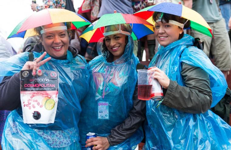 Фестиваля зрители наслаждаются атмосферой, как дождь падает во время 1-й день фестиваля Гластонбери 2013 на достойном Farm 27 июня 2013 года в Гластонбери, Англия.  (Ian Gavan / Getty Images)