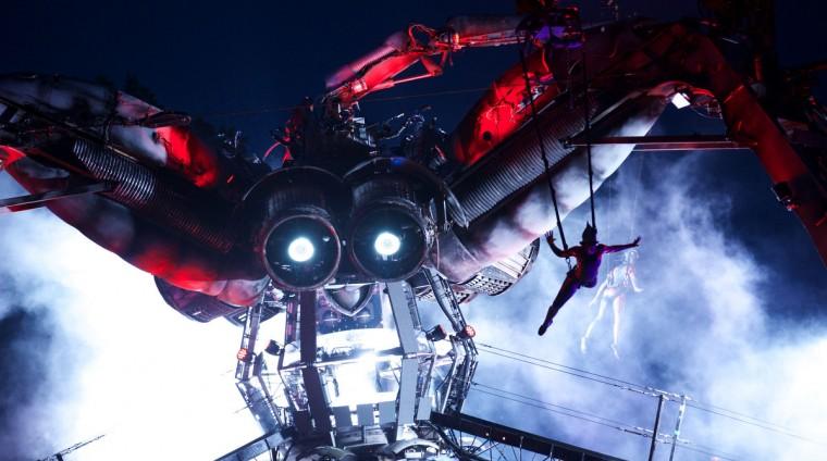 Аркадия гигантский металлический паук выполняет музыку на второй день фестиваля Гластонбери современного исполнительского искусства Glastonbury рядом, юго-западе Англии, 27 июня 2013 года.  (Andrew Cowie / Getty Images)