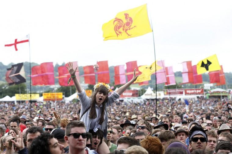 Толпа поболеть за Лиам Галлахер на другом сцене во время музыкального фестиваля Гластонбери на достойном Ферма в Сомерсете, 28 июня 2013 года.  (Olivia Harris / Reuters)
