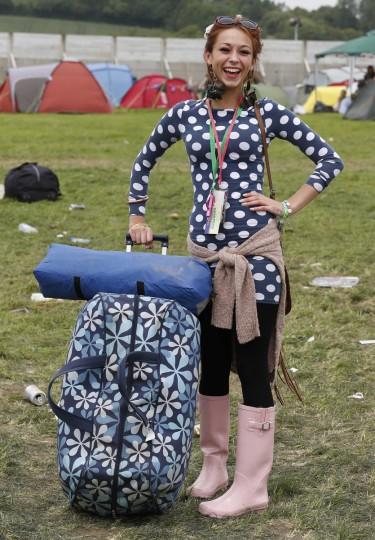 Мардена Натали, 20, поступает на второй день музыкального фестиваля Гластонбери на достойном Ферма в Сомерсете 27 июня 2013 года.  (Olivia Harris / Reuters)