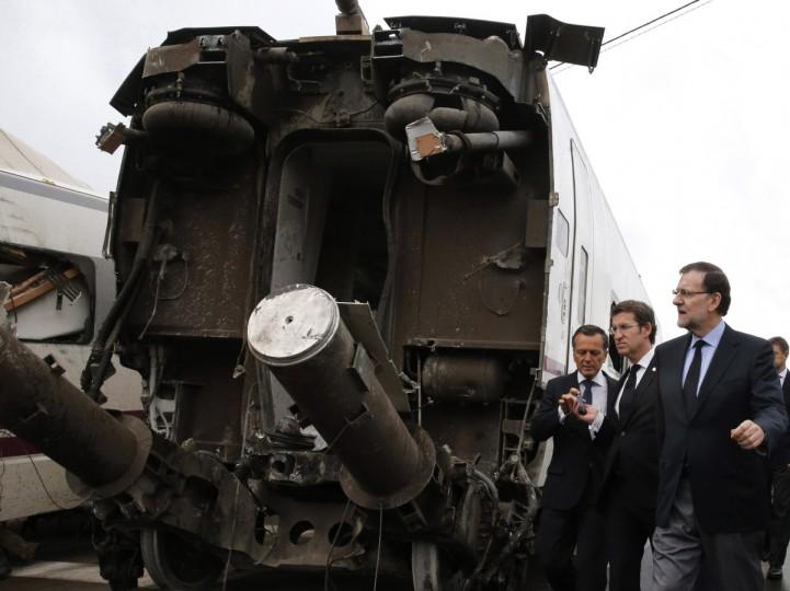 Премьер-министр Испании Мариано Рахой (R) и Галисии регионального президента Альберто Нуньес Feijoo (2-е R) посетить место аварии поезда в районе города Сантьяго-де-Компостела 25 июля 2013 года.  Поезд мчался с рельсов 24 июля на северо-западе Испании погибли по меньшей мере 77 пассажиров и ранив более 140, сказал чиновник сегодня, смертоносных железнодорожная катастрофа в стране более 40 лет.  (Lavandeira JR / Getty Images)