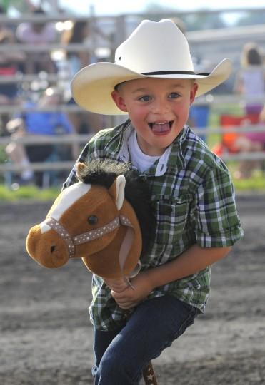Майкл Wynkoop, 5, оф Smithsburg, штат Мэриленд, играет с палкой лошади прежде быка верхом события.  (Lloyd Fox / Baltimore Sun)