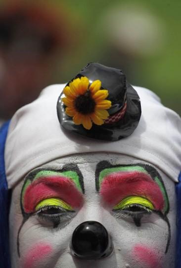 Клоун позирует для снимка во время парада чтобы открыть Конвенцию 5-й ежегодный клоунов в городе Гватемала.  (Jorge Dan Lopez / Reuters фото)