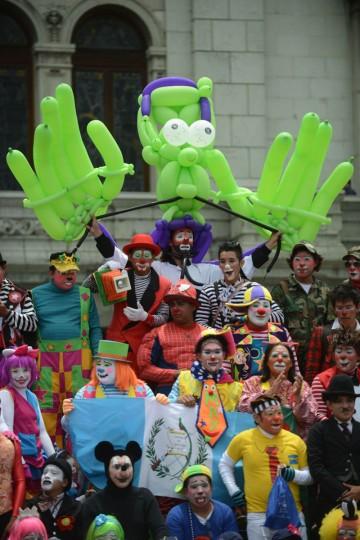 Клоуны позу во время парада в историческом центре столицы Гватемалы в рамках 5-го Латиноамериканского конгресса клоун.  (Johan Ордоньес / AFP / Getty Images)