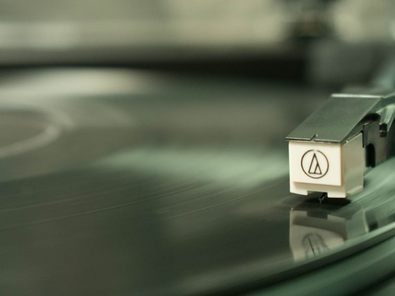 When to replace the needle on a turntable