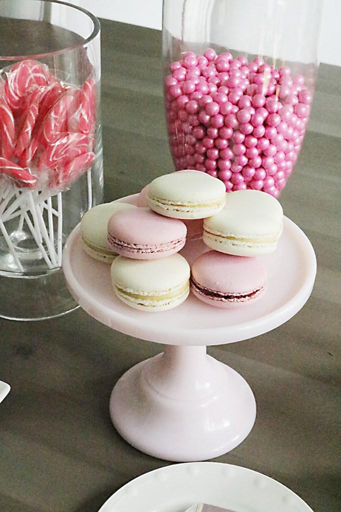 pink-white-macarons