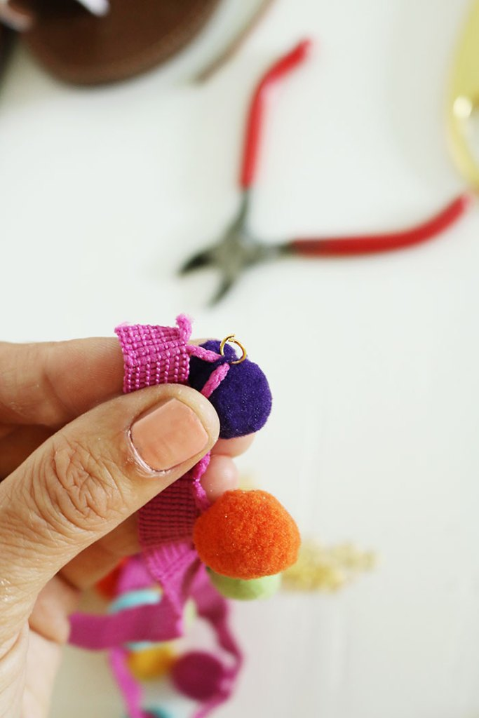 DIY-pom-pom-sandal-with-jump-ring
