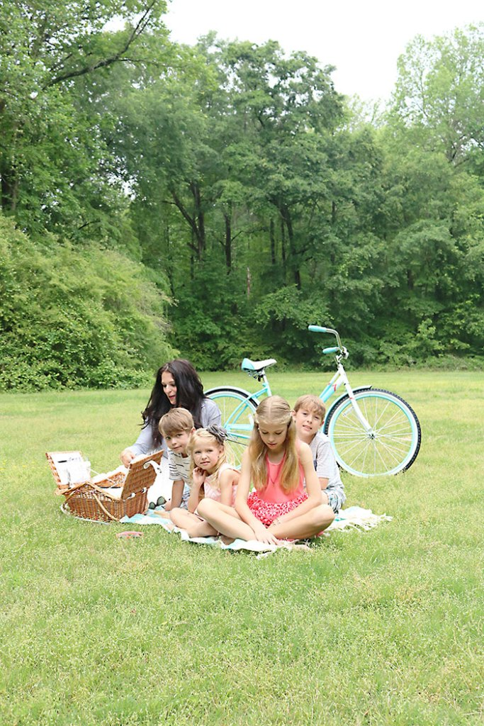 mothers-day-picnic-kids-and-mom