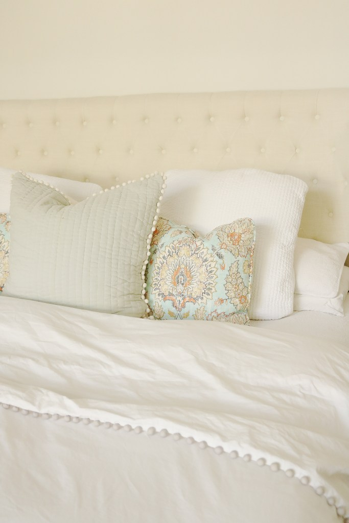 What to look for when shopping for the best and most comfortable bedding sheets | Bedding Sets Master Bedroom | Cozy and Soft and Luxury Bedding Sheets for queen or teen girls or master bedroom | Darling Darleen DarleenMeier.com #beddingsheets #beddingset