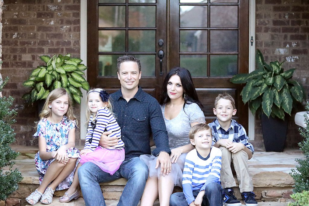Sharing 4 Last Minute Family Picture Idea Tips for Your Next Holiday Card, Budget friendly family picture photoshoots, Tips for Taking Last Minute Family Pictures || Darling Darleen