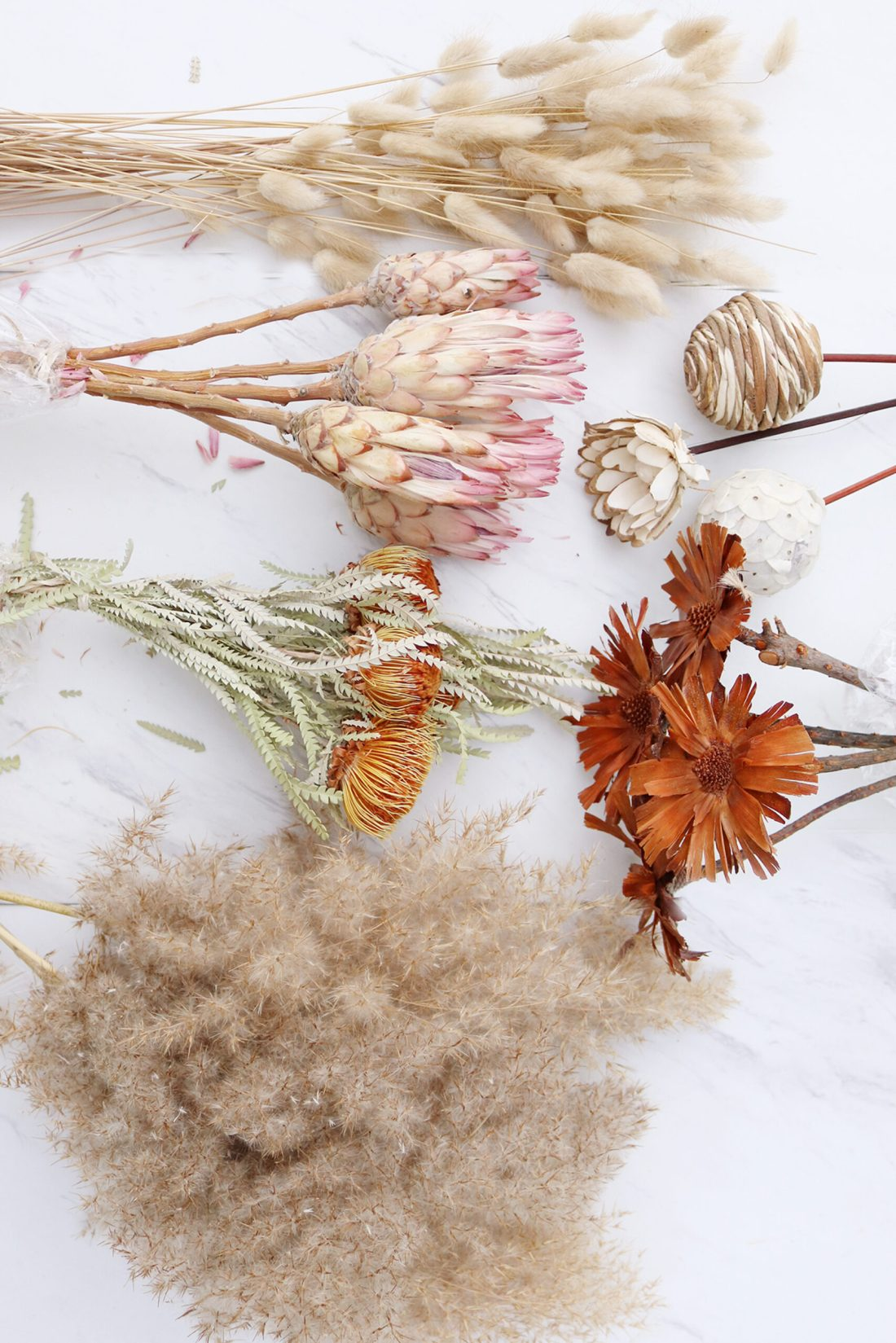 Where to find flowers for dried flower arrangements and the best flowers to choose. Pampas grass, bunny tail and protea flower arrangements || Darling Darleen Top Lifestyle Connecticut Blogger
