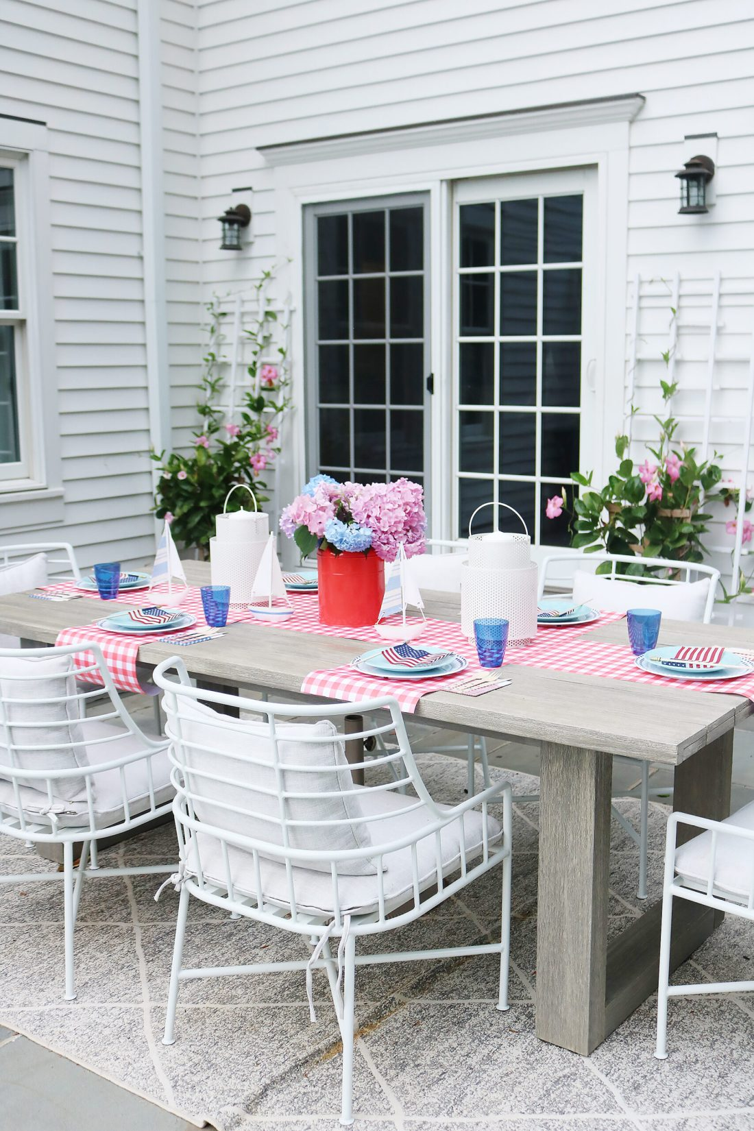 This year host a 4th of July backyard party and sharing simple budget-friendly decorating tips || Darling Darleen Top CT Lifestyle Blogger #4thofjuly